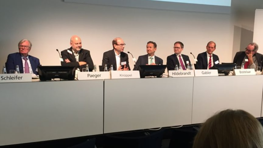 Podiumsdiskussion zur Krankenhausfinanzierung mit Dr. Carl Hermann Schleifer, Dr. Axel Paeger, Dr. Dr. Dirk Knüppel, Dr. Axel Hildebrandt, Michael Gabler, René A. Bostelaar und Dr. Robert Paquet (v.l.)