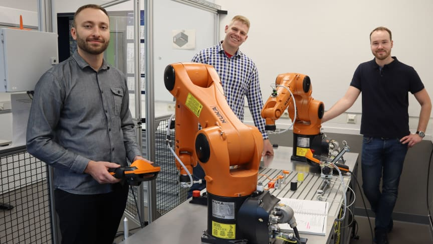 Nikolaj Merkel, Andreas Janzen und Thorben Kalkkuhl (from left to right) developed the robotic system as part of a project of the Technical College in Siegen. (Source: BPW Bergische Achsen KG)