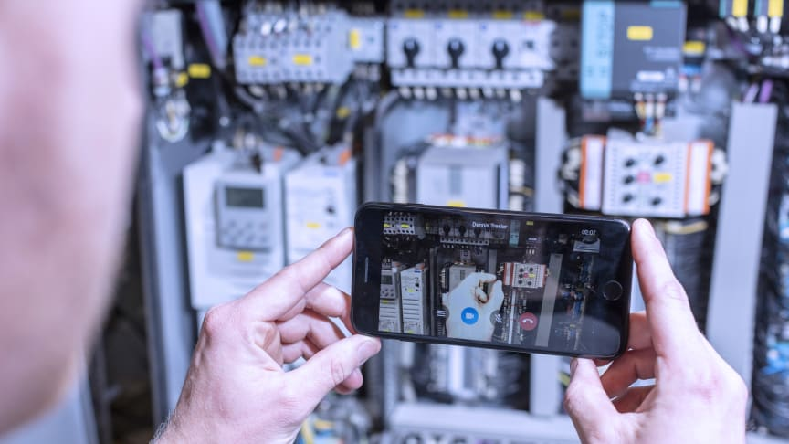 XMReality Remote Guidance | Service technicians can provide immediate, targeted assistance using finger pointing