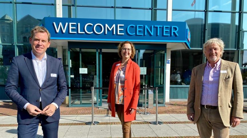 vl: Dr. Ulf Kämpfer, Dr. Bettina Bunge und Uwe Wanger freuen sich über die neue zentrale Anlaufstelle für alle Menschen, die Kiel.Sailing.City entdecken und kennenlernen wollen.