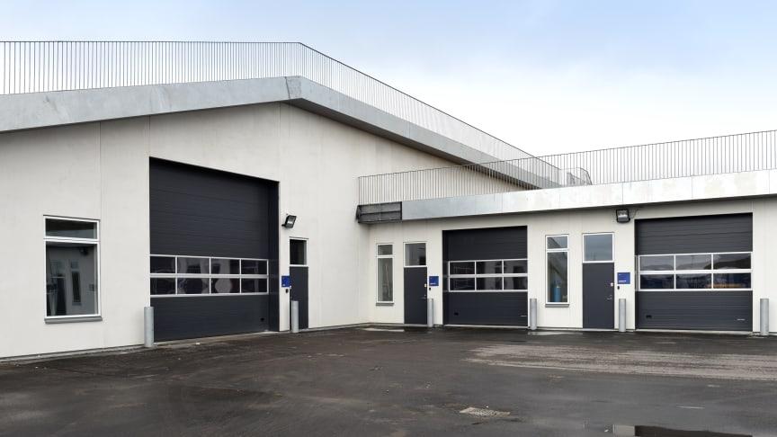 Flere af Lindabs produkter er EPD-certificerede, så de kan indgå i bæredygtige byggerier. Her ses eksempelvis Lindabs EPD-certificerede porte hos Din Forsyning i Esbjerg.