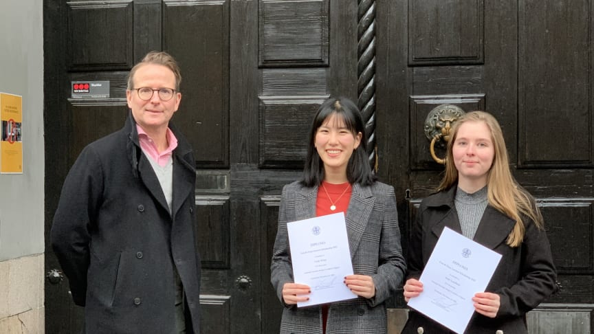 President Lars Strannegård handed out the Gun and Einar Larsson Scholarship 2021 to Cindy Wang and Malin Lundblad.