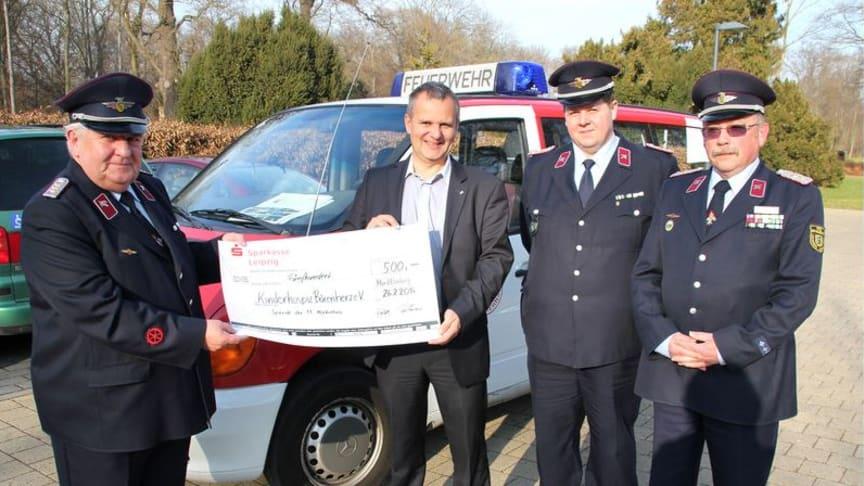 Feuerwehr zur Spendenübergabe im Kinderhospiz