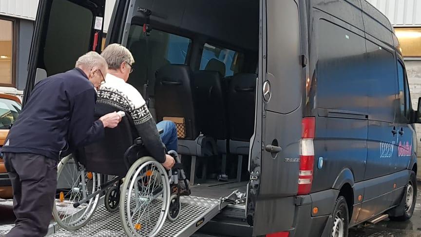 Næringen spår dramatisk nedgang i tilbudet til rullestolbrukere de nærmeste to årene, da de fleksible kombibilene vil bli borte. Hareide er lite bekymret.