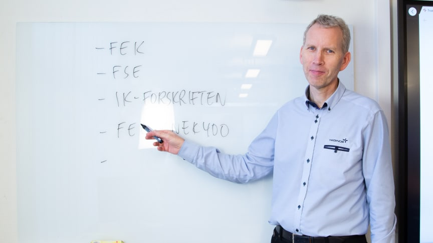 Seniorinstruktør Hans Olav Arnesen har kontroll på forskriftene. Det må også kandidater til elektroinstallatørprøven ha, om de skal bestå eksamen. Foto: Trainor AS