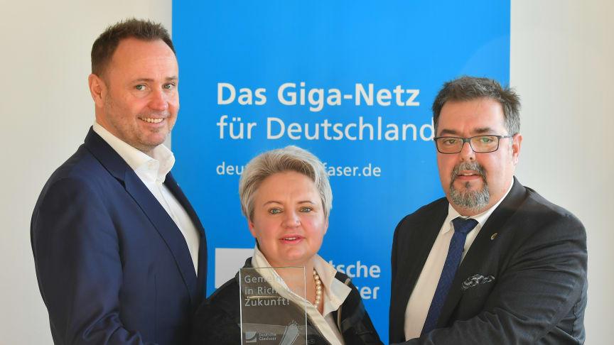 Echte Glasfaser für Mitteldeutschland: V.l.: Michael-Kölling, Deutsche Glasfaser, Astrid Münster, Bürgermeisterin von Bad Düben, Thomas Pöge, Bürgermeister von Thallwitz.