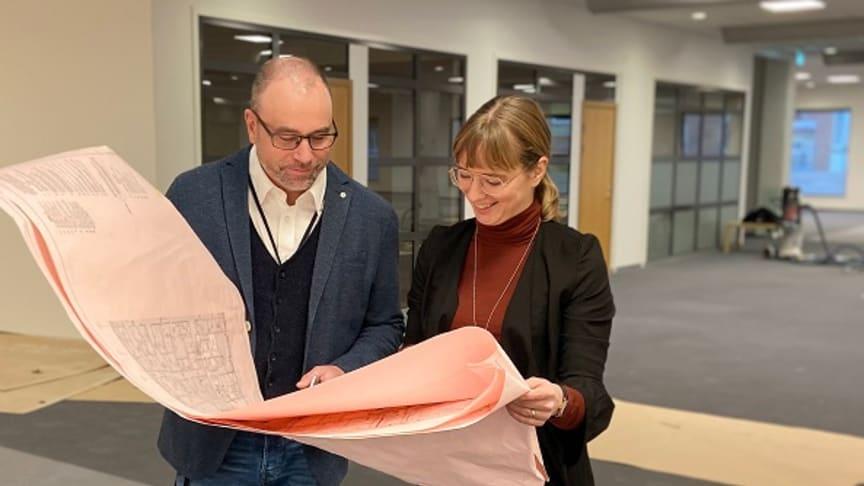 Förvaltningschef Jan Johansson och projektledaren Emma Lundbäck Wredenberg i de nya lokalerna. Foto: Hanna Jönsson