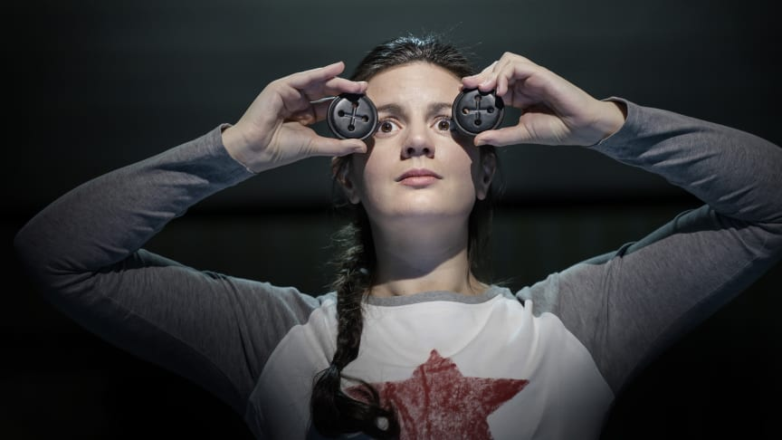 Robyn Allegra Parton i titelrollen i Coraline på Folkoperan 2020.