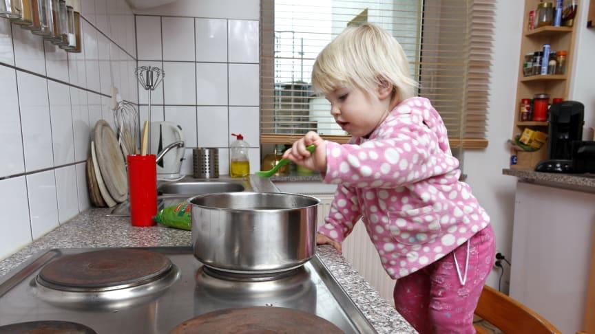 Kleine Kinder sind besonders gefährdet, wenn es um Unfälle zuhause geht. Foto: SIGNAL IDUNA