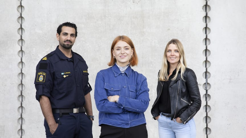 Polisen Nadim Ghazale, författaren, programledaren och skådespelaren Clara Henry och sportjournalisten Johanna Frändén. Foto: Karin Alfredsson/UR.