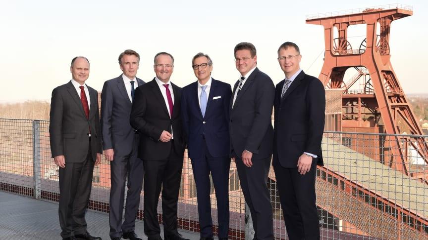 apoBank-Vorstand Holger Wessling (rechts) und Volker Mauß (3. v. l.) mit den externen Referenten (v. l.) Dr. Ekkehard Krause, Prof. Dr. Lutz Johanning, Werner Studener und und Nico Appelt