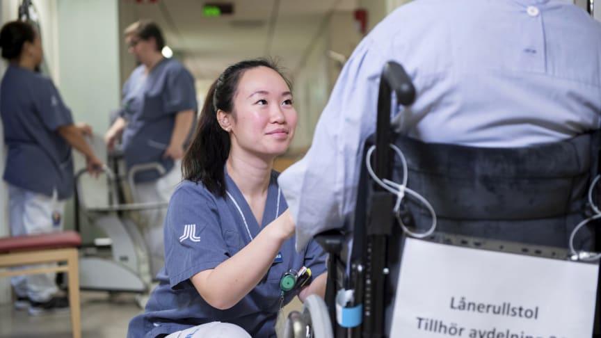 På Danderydsgeriatriken finns 87 vårdplatser för äldre, multisjuka och sköra patienter som får stöd av ett multiprofessionellt vårdteam. I bilden ser vi leg sjuksköterskan Helén Han.
