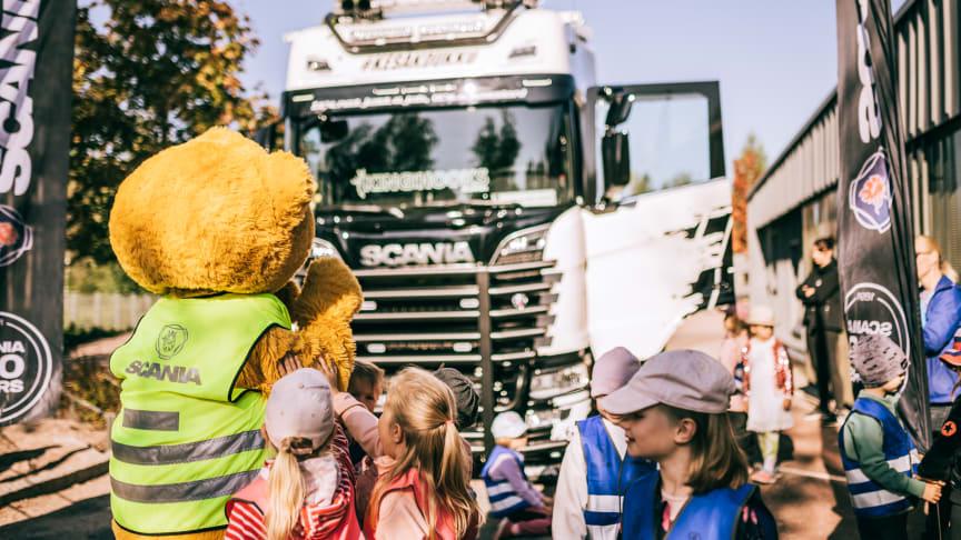 Scania Suomi ja Lasten Klinikoiden Kummit ry vierailevat Teemu-nallen kanssa päiväkodeissa kertomassa liikenneturvallisuudesta.