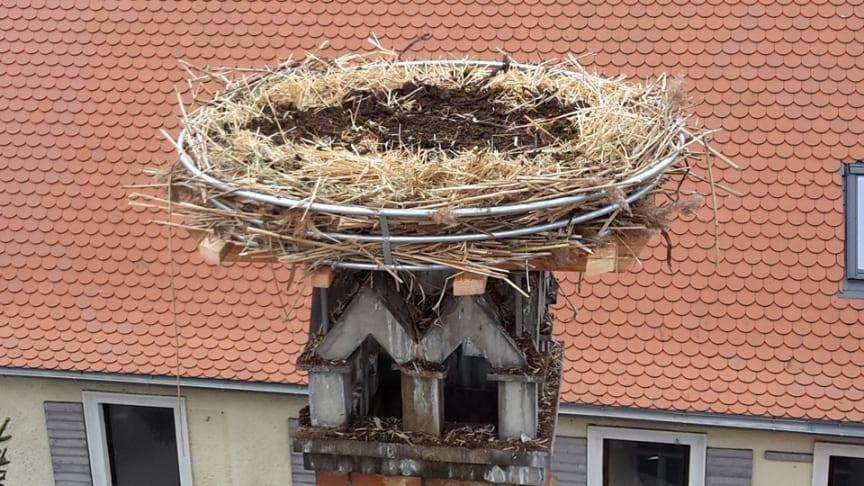 Nach der Montage über den Dächern von Unterneuses und Steppach steht dem Familienglück der Störche nichts mehr im Weg. Schilf, Hackschnitzel, Heu, Stroh und altes Nistmaterial machen den Horst für die Tiere gemütlich.
