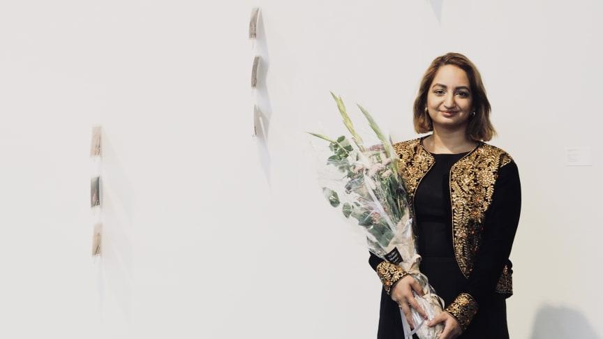 Meera Manjit Kaur ble tildelt Den franske pris for verket «Til India Fra Norge», som er «mail art» og som består av usendte turismekort fra India.