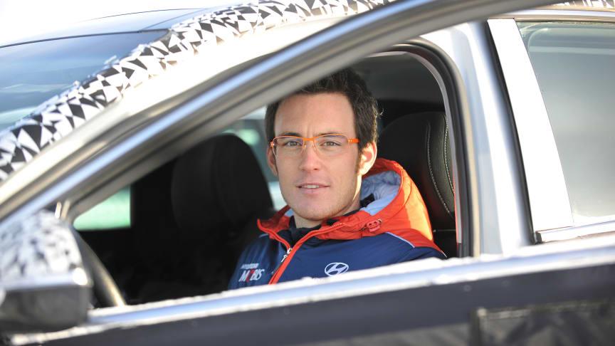 Rallyesset Thierry Neuville tester ut Hyundais nye i30 N mellom slagene i rally-VM