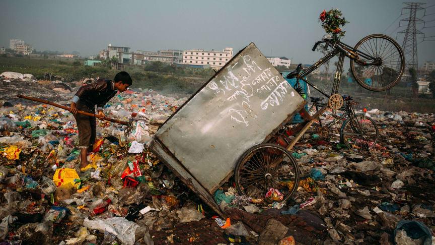 Dieser Junge auf der Müllhalde in Dhaka sucht nach recyclingfähigem Plastik, welches er dann verkaufen kann. Es wird pro Sack ein geringes Entgelt ausgezahlt. (Bild nur zur Verwendung im Kontext der SOS-Kinderdörfer weltweit)