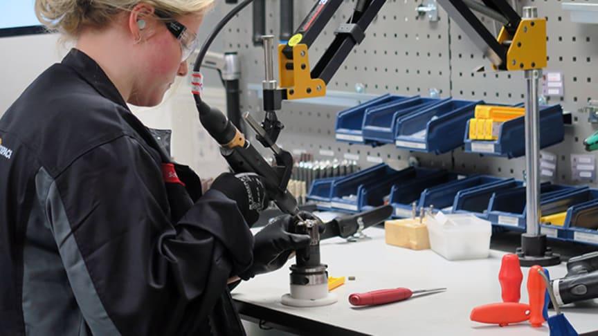 Sofie Dhejne är elev på ITU-programmet och sommarjobbar på GKN i Trollhättan. På bilden byter hon skär på ett verktyg.