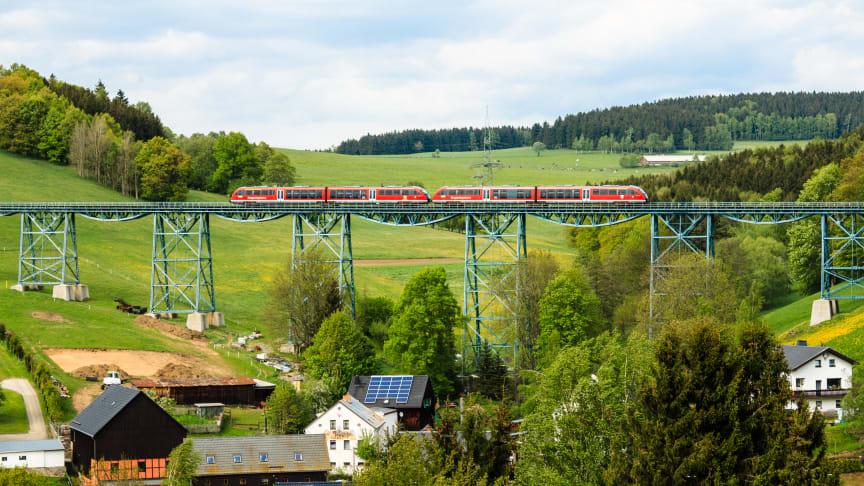 Die modernen roten Triebwagen der Erzgebirgsbahn werden im August auf der einmalig schönen Strecke zwischen den Bergstädten Schwarzenberg und Annaberg-Buchholz unterwegs sein