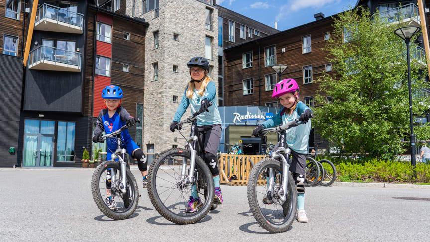 Andreas Markhus (8 år), Ida Sunde Ødegaard (10 år) og Live Thorsen (7 år) var sjefer og tok over Trysil. Foto: Jonas Sjögren/Trysil