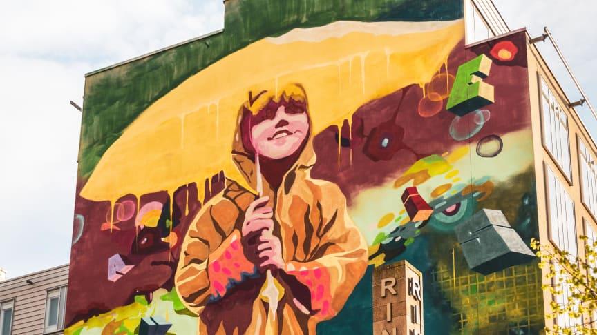 GraffitiSthlm målar muralmålning på Clarion Hotel Stockholms fasad - bilden togs när projektet var klart.