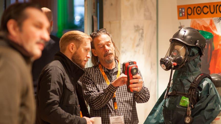 Produktspecialist Richard Björö visar upp livsviktiga instrument på mässan Brandfarlig vara. (Foto: informationsbolaget.se)