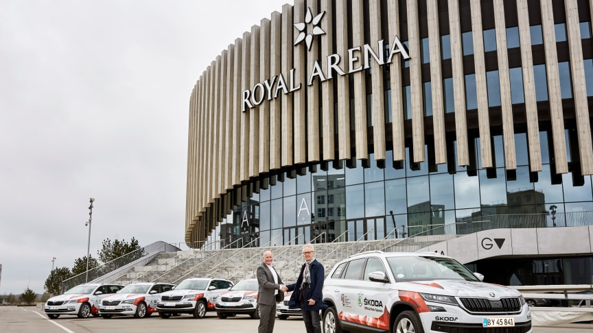 Michael Ebeling (ŠKODA) og Envar Hansen (IIHF) foran Royal Arena