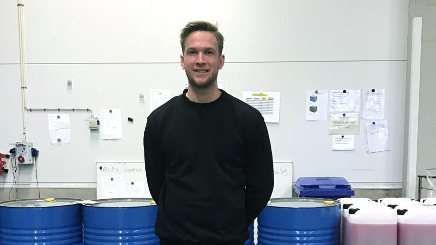 Johan Bodin, första dagen på nya jobbet hos Arom-dekor Kemi AB.