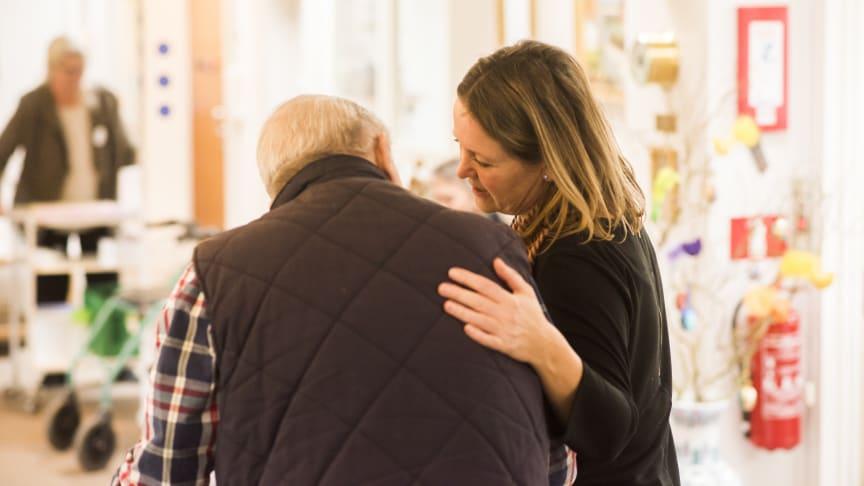 Besøgsrestriktioner på plejecentre bliver yderligere lempet