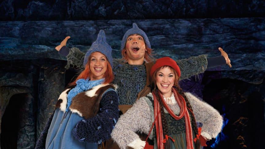 Bilde fra Oslo Nyes turnéoppsetning av Jul i Blåfjell. Her ser vi noen av karakterene fra årets oppsetning. Foto: Oslo Nye Teater