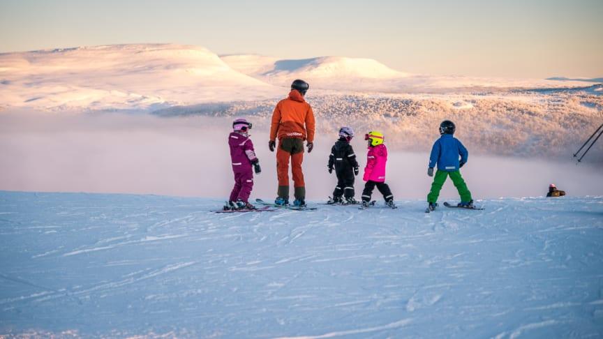 Gästerna som reser med Snälltåget anländer i Ramundberget lagom till förmiddagsåket för att sedan spendera en veckas skidsemester på den snösäkra fjälldestinationen.