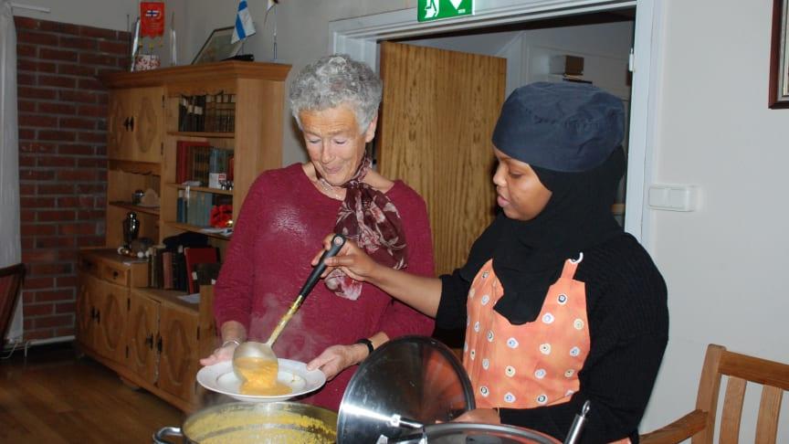 En av många lunchgäster serveras rykande het morotssoppa av Aana.