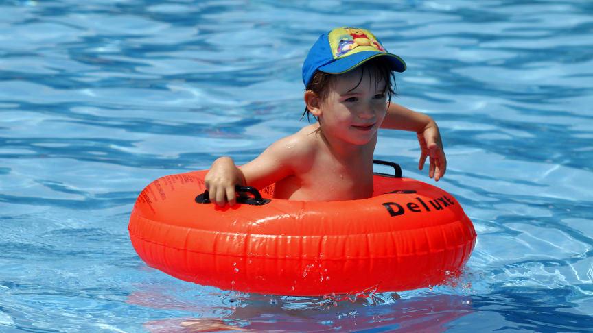 Zum Sonnenschutz für Kinder gehört immer eine Kopfbedeckung, die auch im Wasser getragen wird. Foto : SIGNAL IDUNA