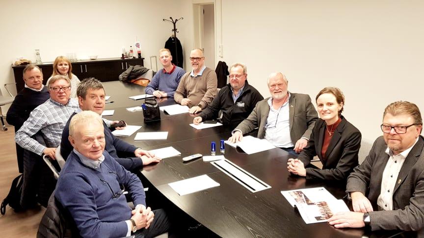 Dette er styret i Norges Taxiforbund, som har utarbeidet forslag til en reregulering av taxi etter stortingsvalget til høsten. Leder Øystein Trevland og direktør Hanne Skåle Thowsen til høyre.