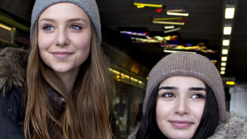 Rapporten av Torbjörn Neiman beskriver hur unga rör sig i länet för att ta sig till familj, skola och aktiviteter. Syntolkning: rapportens framsida med två ungdomar på.