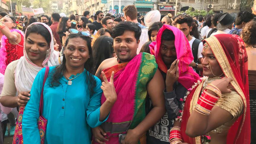 Shridevi (andra från vänster) är hirja, dvs transgender, och representerar Indiens tredje kön som blev juridiskt lagligt 15 april 2014. Här syns Shridevi på Pride Bombay 2018. Foto: Daniel Stein