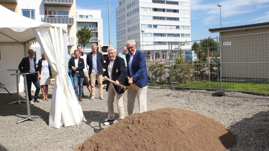 Det officiella spadtaget togs i gemensam kraft av Mats Paulsson, grundare av Peab och Bengt Hylén, Hyléns fastighetsförvaltning.