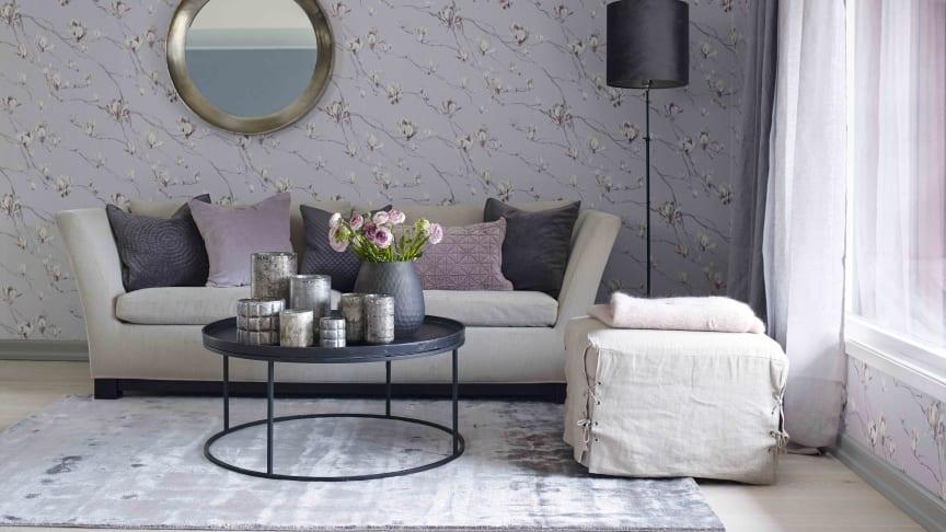 Vakre farger hvor tapet og gardin er  i fokus, flere små møbler gir rommet en myk karakter.