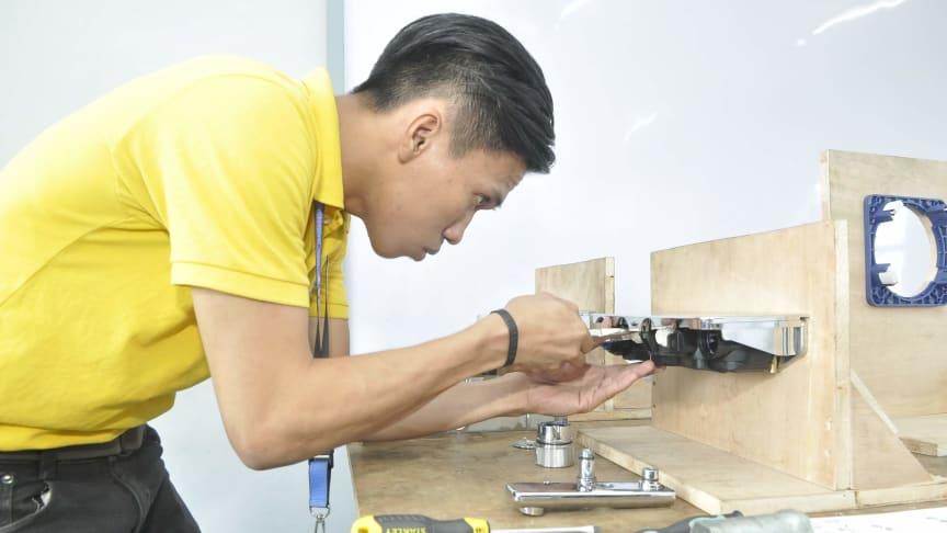 En af de 1.200 unge, der er blevet uddannet som installatører i forbindelse med GROHE Dual Tech træningskurset.
