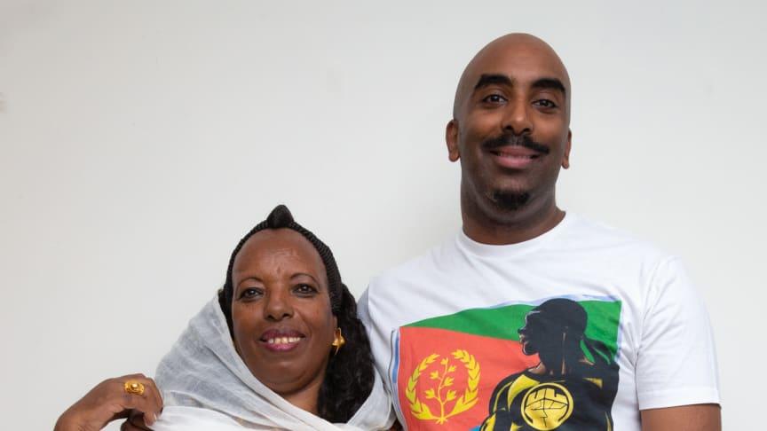 Den norsk-eritreiske tegneserieskaperen Josef Yohannes sammen med moren, Melite Yohannes, som er hans store forbilde og helt. Foto: Ingunn Larsen