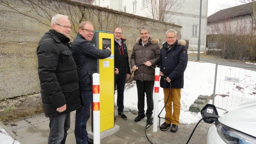 Machen e-mobil: Bürgermeister Wolfgang Lindmeier (2.v.l.), Geschäftsleiter Werner Wagner (l.), Kämmerer Jürgen Lienig (r.), Bayernwerk-Kommunalbetreuer Franz-Josef Bloier (2.v.r.) und Kollege Gerhard Ilg (M.), Leiter Betriebsmanagement Niederbayern.