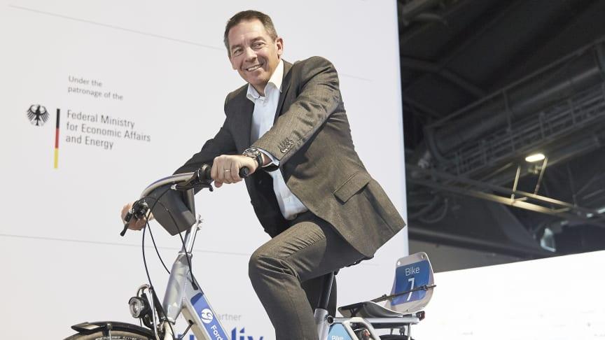 SYKKELSATSING: Her viser Fords Europas toppsjef, Steven Armstrong, frem en av syklene som skal brukes i det nye sykkeldelingssamarbeidet.