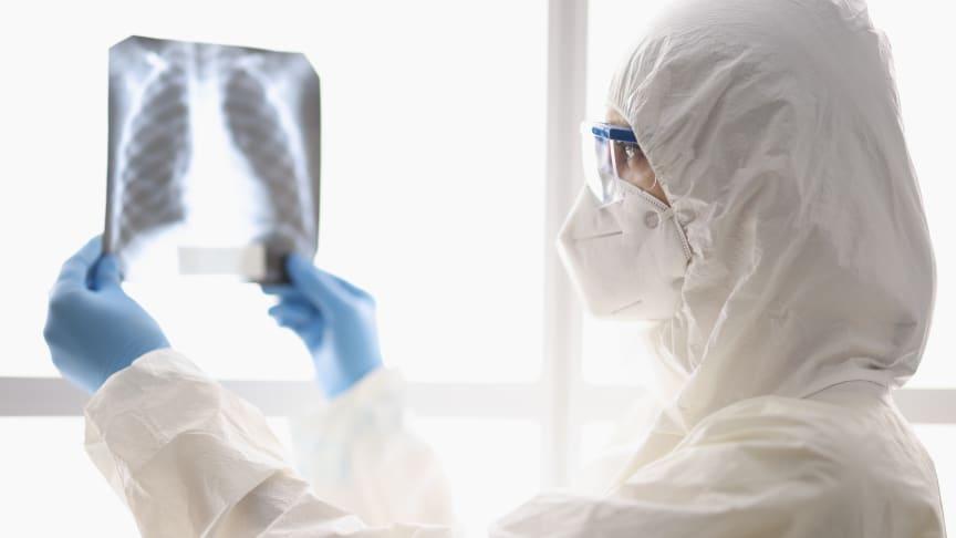 Bild på person som tittar på en röntgenplåt. Källa: Colourbox