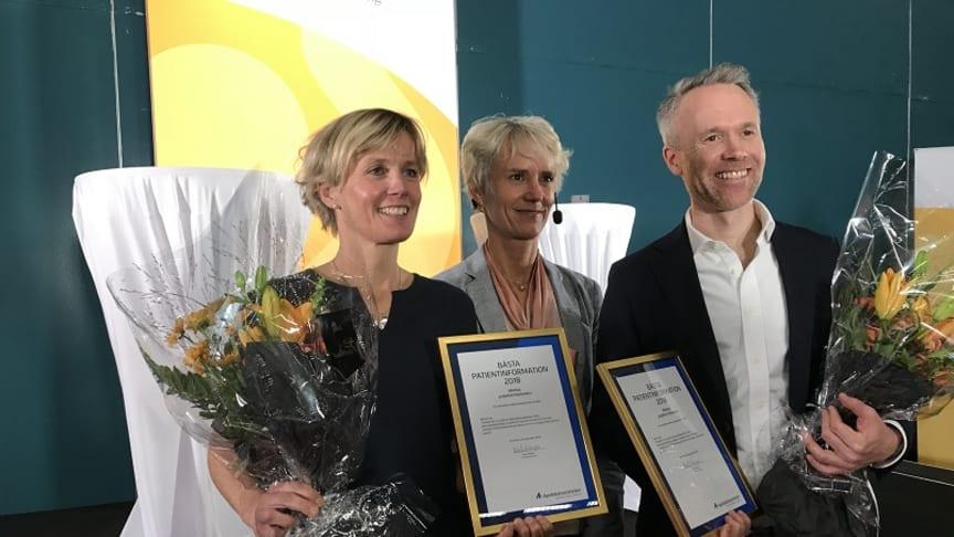 Årets vinnare Karna Wisenius, Apoteket AB och Niclas Carlsson, MSD på var sin sida om Karin Meyer, Apotekarsocieteten.