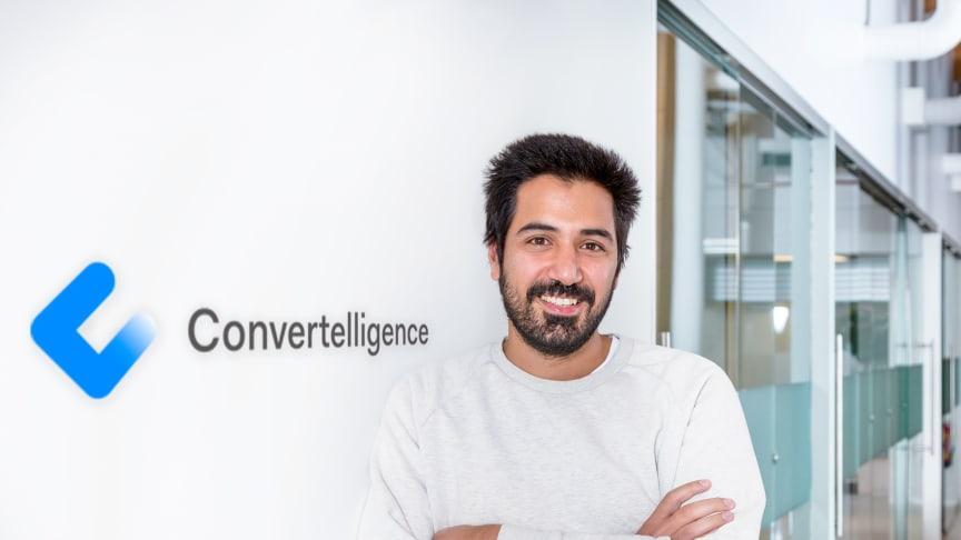 PÅ TALEFOT MED STORE KUNDER. Gjennom Sopra Steria Scale up-programmet får Arash Saidi og Convertelligence innpass med sine chatboter i store IT-prosjekter. Foto: Sopra Steria