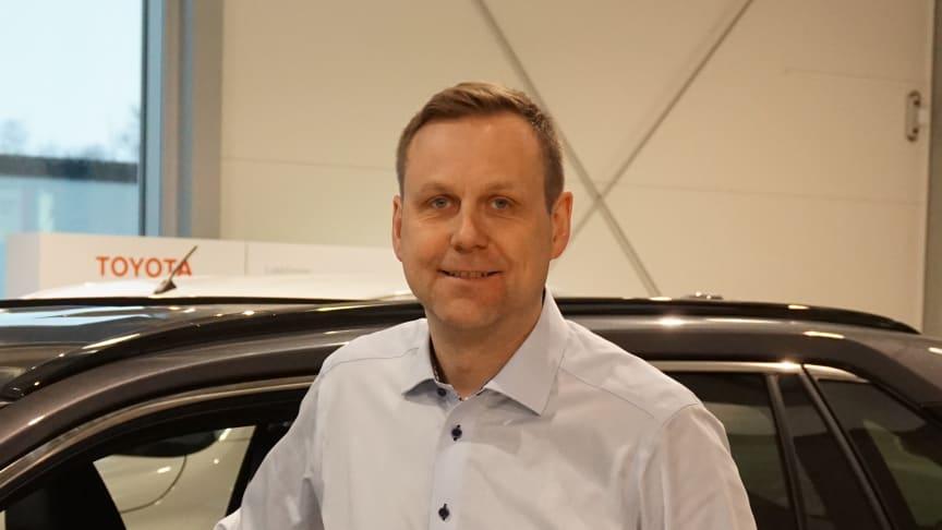 Toyotas hybridbiler er svært ettertraktede i markedet, sier Eddy Reinfjord, driftsleder hos Nordvik Toyota Brønnøysund. Foto: Nordvik AS.