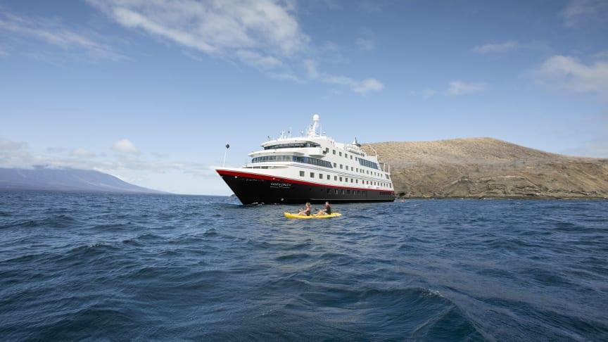 TIL GALAPAGOS: Med god plass til bare 90 gjester, får Hurtigruten Expeditions-reisende en eksklusiv opplevelse om bord på MS Santa Cruz II. Foto: Hurtigruten Expeditions