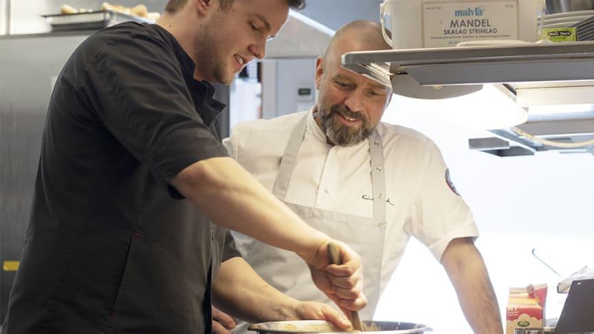 Max Apelqvist, kökschef på Restaurang Astern, tillsammans med Krister Dahl.