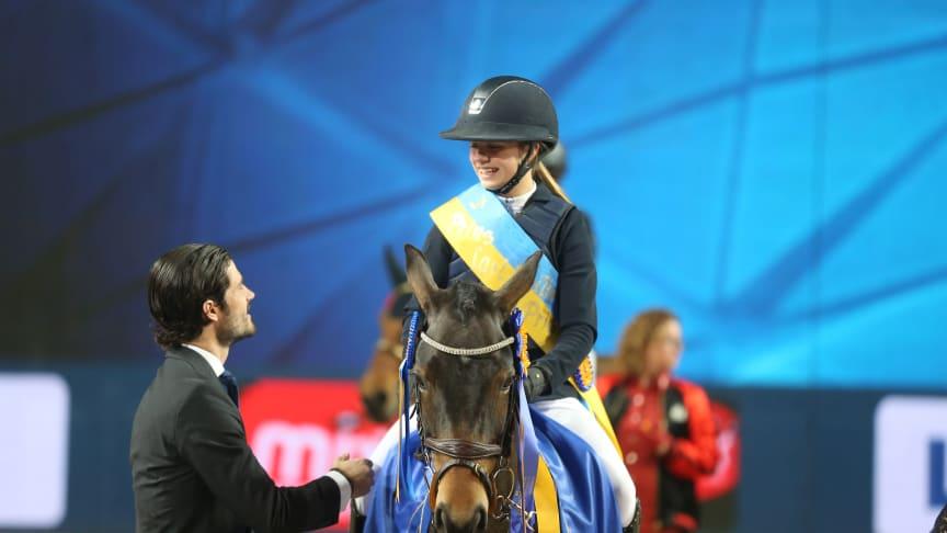 Mathilda Bohlin, segrare i Prins Carl Philips pris 2016, gratuleras av H.K.H. Prins Carl Philip i Friends Arena. Foto: Roland Thunholm