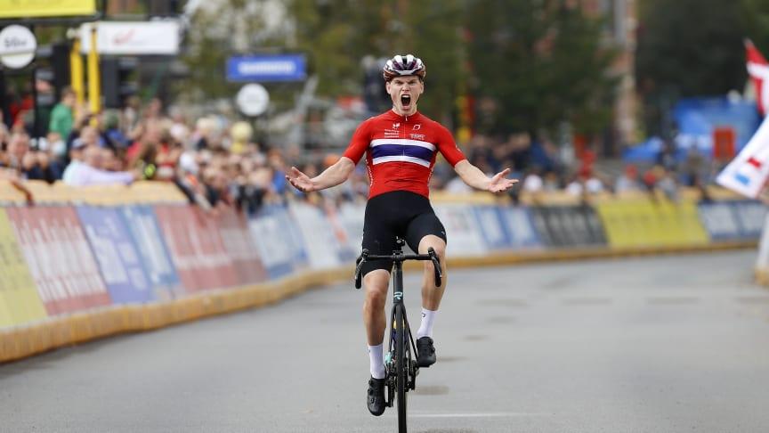 Per Strand Hagenes over mål på fellesstarten i Sykkel-VM for menn junior.
